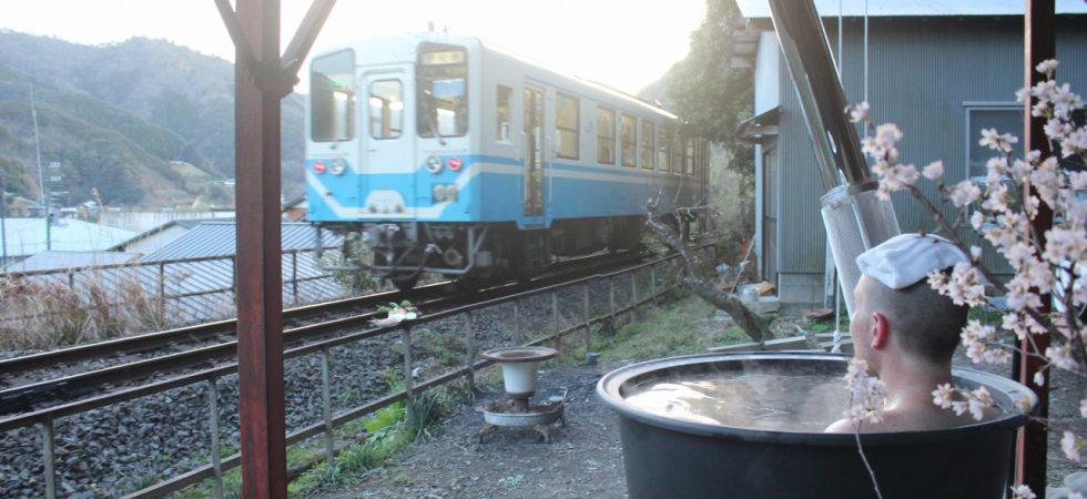 列車を眺めながら五右衛門風呂